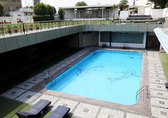 迪伊商标酒店度假村 - 新德里 - 游泳池