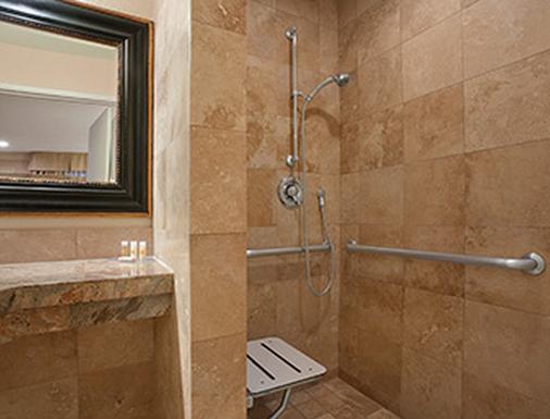 戴斯圣地亚哥酒店 - 靠近海洋世界 - 圣地亚哥 - 浴室