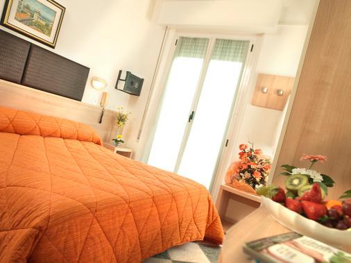 阿鲁迪亚酒店 - 里米尼 - 睡房