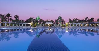 萨菲尔温泉度假村 - 式 - 欧库卡拉 - 游泳池
