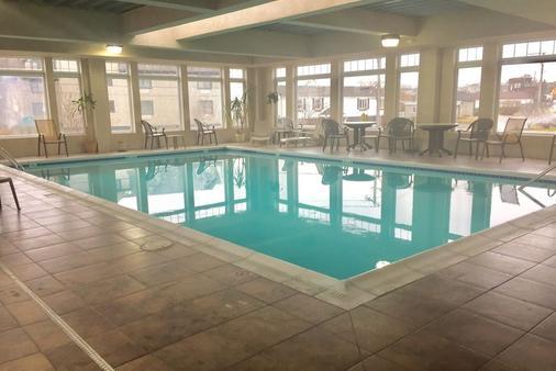 大西洋海滩酒店及套房 - 米德尔敦 - 游泳池
