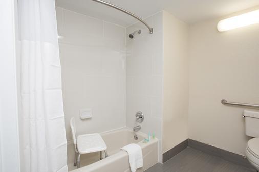奥兰多机场戴斯套房酒店 - 奥兰多 - 浴室