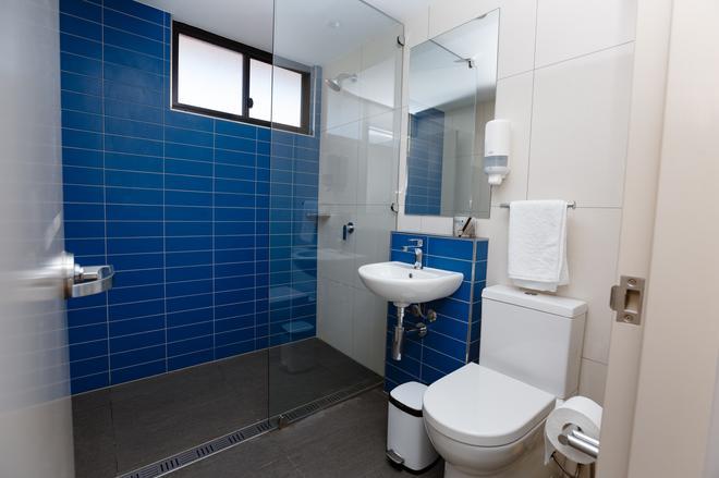 环球背包客海滨酒店 - 凯恩斯 - 浴室