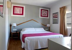 锡切斯市郊酒店 - 锡切斯 - 睡房