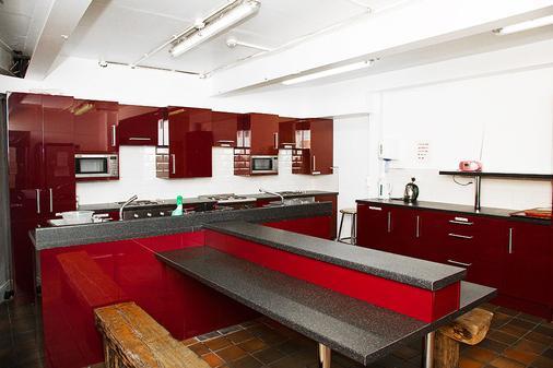 艾萨克斯旅馆 - 都柏林 - 厨房