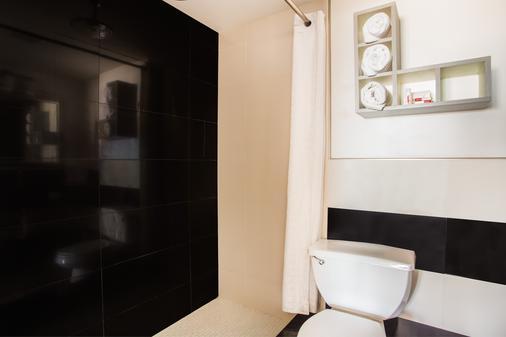 帆之海滨戴斯酒店 - 奥蒙德海滩 - 浴室