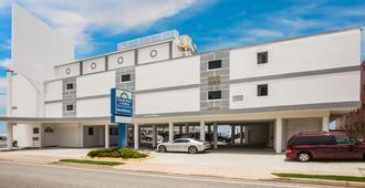 帆之海滨戴斯酒店 - 奥蒙德海滩 - 建筑