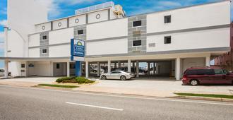 德通纳海滩市帆之海滨戴斯酒店 - 奥蒙德海滩 - 建筑