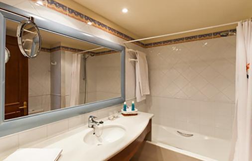 瓦伦丁桑克蒂佩特里会议中心温泉酒店 - 奇克拉纳-德拉弗龙特拉 - 浴室