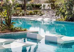 斯恩特爱酷Spa中心 - 仅限成人入住 - 滨海马尔格拉特 - 游泳池