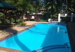 Journey's Inn Africa Guest Lodge - 约翰内斯堡 - 游泳池