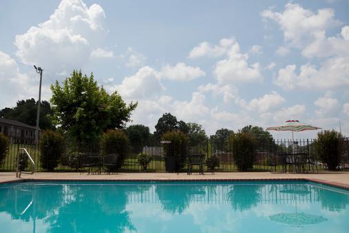 Red Roof Inn & Suites Jackson, TN - 杰克逊 - 游泳池