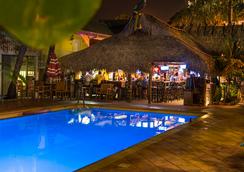 灯塔度假胜地:套房宾馆 - 迈尔斯堡海滩 - 游泳池
