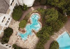 博讷恩特酒店 - 魁北克市 - 游泳池