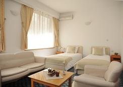Hotel Residence Inn - 斯科普里 - 睡房
