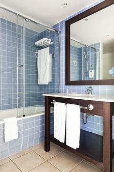 卡里布冒险港公园酒店 - 包括冒险港公园门票 - 萨洛 - 浴室