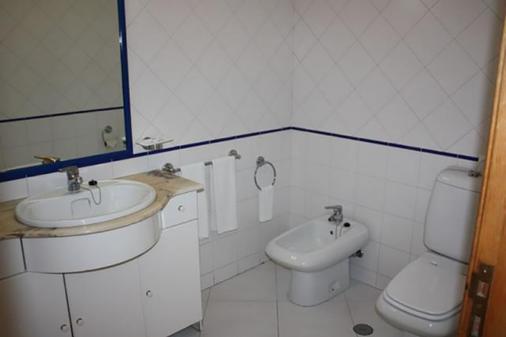阿尔加维莫旅行公寓酒店 - 波尔蒂芒 - 浴室