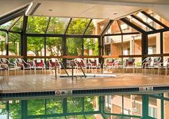 尚蒂伊杜勒斯机场万怡酒店 - 尚蒂伊 - 游泳池