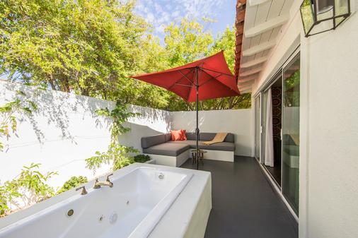 科隆尼棕榈树酒店 - Palm Springs - 露台