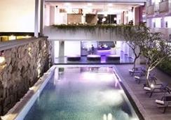 Berry Hotel Bali - North Kuta - 游泳池