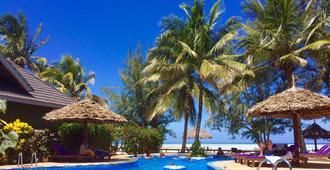 马拉尼海滩小屋酒店 - 南威 - 游泳池