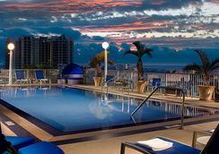 迈阿密南海滩万怡酒店 - 迈阿密海滩 - 游泳池