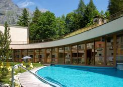 洛伊克巴德温泉酒店 - 洛伊克巴德 - 游泳池