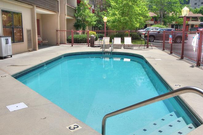 加特林堡市中心温德姆豪生酒店 - 加特林堡 - 游泳池