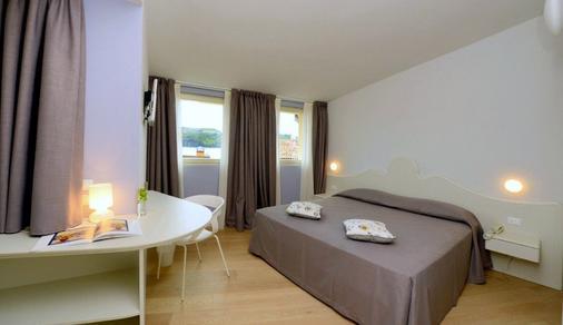 阿洛米皮克罗酒店 - 萨罗(伦巴第大区) - 睡房