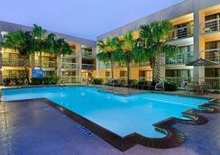 休斯顿哈比机场希尔顿逸林酒店 - 休斯顿 - 游泳池