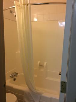 莱斯布里奇温德姆速 8 酒店 - 莱斯桥 - 浴室