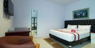 贡图尔拉亚塞蒂亚布迪红多兹Plus酒店 - 南雅加达 - 睡房