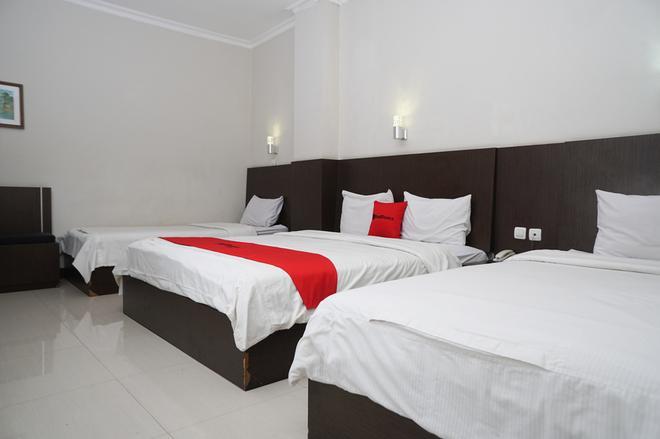 红多兹plus酒店@奇哈佩拉斯3 - 万隆 - 睡房