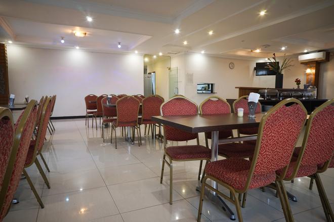 红多兹plus酒店@奇哈佩拉斯3 - 万隆 - 餐馆