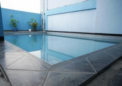 红多兹plus酒店@奇哈佩拉斯3 - 万隆 - 游泳池