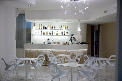 翡翠套房酒店及Spa - 圣贝内代托-德尔特龙托 - 酒吧