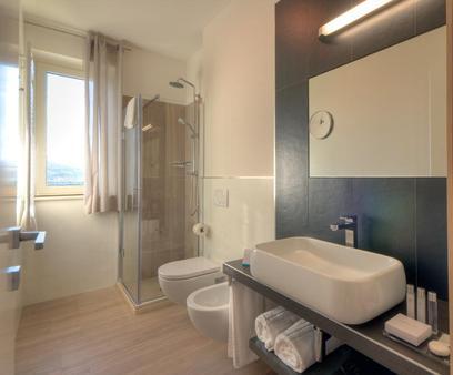 翡翠套房酒店及Spa - 圣贝内代托-德尔特龙托 - 浴室