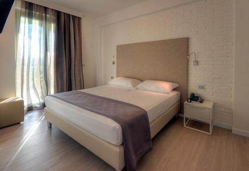 翡翠套房酒店及Spa - 圣贝内代托-德尔特龙托 - 睡房