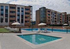 孔波斯特拉套房酒店 - 马德里 - 游泳池