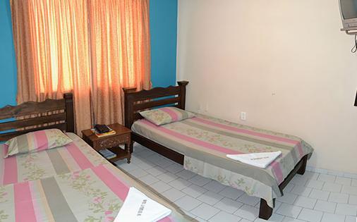 太阳门广场酒店 - 布卡拉曼加 - 睡房