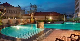 雅加达潘柯兰必达喀尔拉大酒店 - 南雅加达 - 游泳池