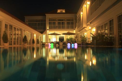 白色精品酒店和公寓 - 西哈努克市 - 游泳池