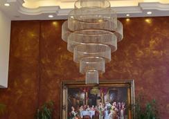 阿尔木间朱尼耶皇宫酒店 - 朱尼耶 - 大厅