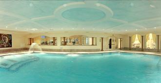 自由大酒店 - 里瓦 - 游泳池