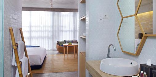 U 巴厘岛岛水明漾帕萨酒店 - 库塔 - 浴室