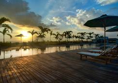 U 巴厘岛岛水明漾帕萨酒店 - 库塔 - 游泳池