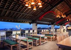 巴厘岛水明漾乌帕萨酒店 - 库塔 - 酒吧