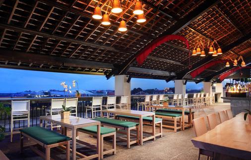 U 巴厘岛岛水明漾帕萨酒店 - 库塔 - 酒吧