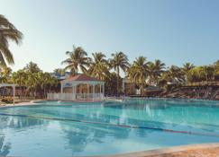 比莱夫体验绿松酒店 - 式 - 巴拉德罗 - 游泳池