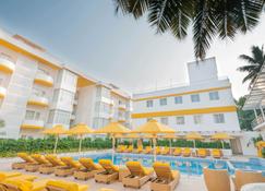 布卢姆套房酒店   恰朗格乌泰 - 卡兰古特 - 游泳池